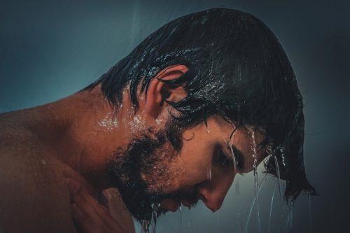 急にそっけない態度をとる男性の心の奥にある原因と対処法